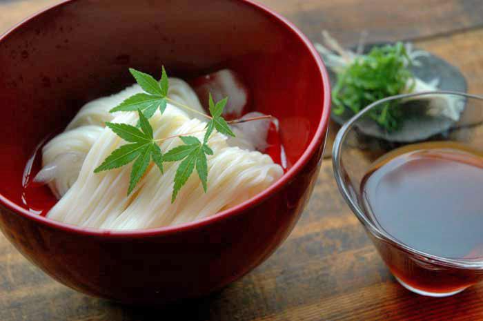 出汁の取り方からわかる、そうめんつゆと、それに合うシンプルなそうめんの具のレシピ。しっかりとした濃いかつお節の出汁を使って、旨みたっぷりなつけつゆに仕上がっています。お料理屋さんなどでも使われるそうめんの茹で方や、青い紅葉を添えて、風情ある季節感たっぷりの盛り方など、七夕の日こそ食したい一品です。