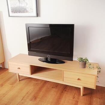 家電は静電気が発生するのでホコリが溜まりやすいもの。そんな時には「柔軟剤」を水で薄めた雑巾などで拭くことで、ホコリが付きにくくなるんです。テレビはデリケートなので、拭くものの素材や濡らしすぎには気を付けてくださいね。