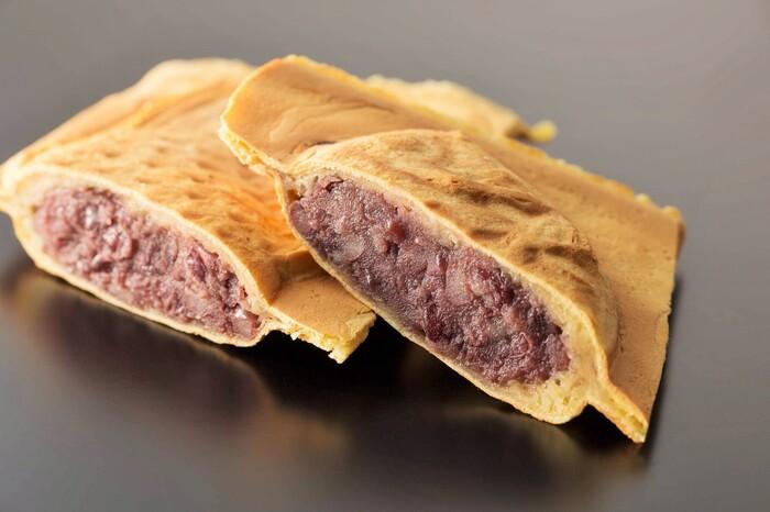 焼きたてをすぐに食べてほしいと、注文を受けてから焼いているそう。ふうふうしながら食べるたい焼きは幸せな甘さ♪あんこは、北海道十勝産の小豆を昔ながらの直火銅釜製法で練り上げ甘さ控えめです。まったりとした舌触りのクリームもあるので、どちらも食べたくなりますね。