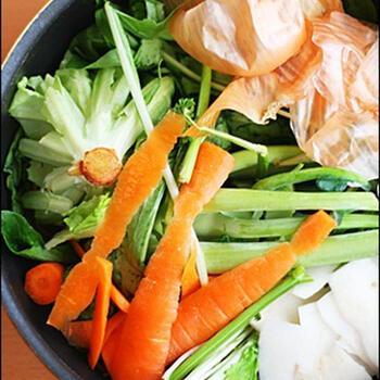 ベジブロスの利点は、野菜の種類は何でも良いことと、煮込むだけで簡単に作れること。調理の際に出る野菜の皮や芯、根っこをストックしておくと良いですね。野菜くず200gで600ccのベジブロスができます。シンプルに野菜だけで作っても、昆布やローリエなどを加えてもOK。お好みの味を見つけてください!