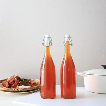 出来上がったベジブロスはタッパーや瓶などの密閉できる容器に入れて、冷蔵庫で保存します。すぐに使い切らない場合は、製氷皿に入れて冷凍保存するのがおすすめ。