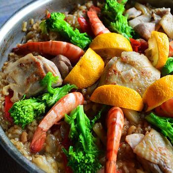 おもてなしにもぴったりの華やかなメニュー。野菜や魚介、鶏肉から出る出汁をお米が吸って、旨味が詰まっていますよ。菜の花や柚子の風味によって、一味違ったパエリアに。
