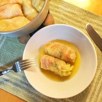 柔らかいキャベツとジューシーな餡がマッチしたロールキャベツ。ベジブロスとニンニク、白ワインで1時間じっくり煮込んで仕上げます。キャベツを湯がいて氷水に取る一手間で、煮込んだ時に破れにくくなります。