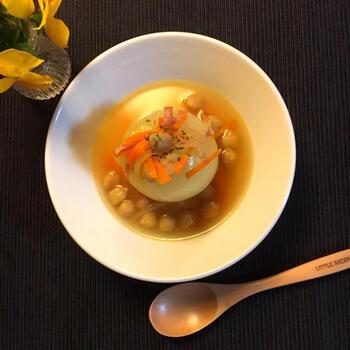 玉ねぎを丸ごと使った、見た目も味もgoodなスープ。玉ねぎが柔らかくなるまで、ベジブロスや具材と一緒にじっくり煮込みます。甘くてトロトロの玉ねぎは、ほっとする優しい味わい。