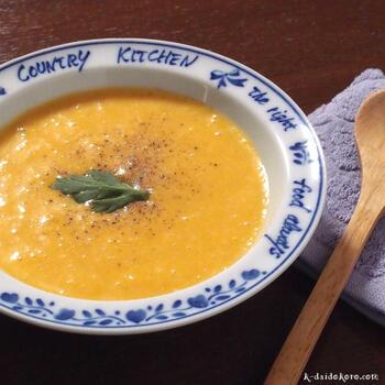 甘くて濃厚なかぼちゃのスープ。ひょうたんのような形のバターナッツかぼちゃは、鮮やかなオレンジ色で水分が多く、スープにぴったりです。かぼちゃはレンジで加熱し、ベジブロスや豆乳、コンソメなどと一緒に煮込んでブレンダーで滑らかに仕上げます。