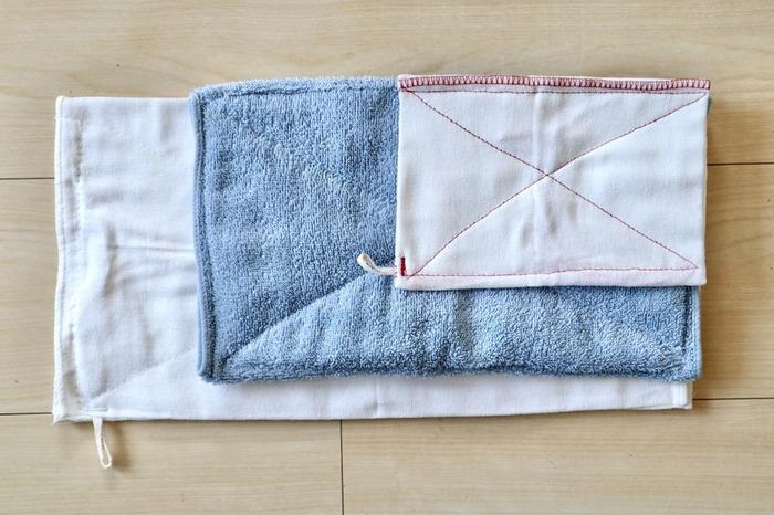 フローリングをピカピカに保つには、月1回の水拭き&乾拭きが肝心です。濡れた雑巾で拭いたら、すぐに乾いた雑巾で拭きます。水拭きだけだと水滴が残っていることが多く、乾くとムラが出てしまいます。乾いた雑巾で拭くことでピッカピカに。