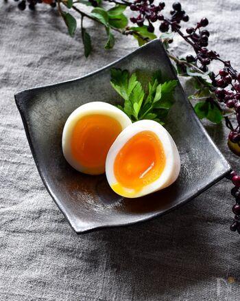 ゆで卵を作ったらそのまま食べるのもいいですが、塩麴の味玉はいかがでしょう。作り方は簡単♪ゆで卵の殻をむき、塩麴に漬けて冷蔵庫で一晩待つだけ。黄身の硬さは卵のゆで時間によって、お好みに変えられますよ。おかずの1品や付け合わせなど、便利に使えるレシピです。