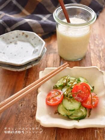 きゅうりとプチトマトを塩麴で和えたレシピ。塩麴の優しい塩加減で野菜がパクパクと食べられます。プチトマトを半分に切ることで、味がなじみやすくなります。火を使わないレシピなので、暑い季節の一品にも◎。野菜本来のおいしさが引き出されたレシピです。