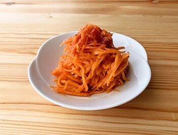 おしゃれなデリにあるようなキャロットラペ風のアレンジレシピ。  人参を千切りにして、たたき梅とオリーブオイルで和えると、和の食卓にも馴染む一品になります。人参のオレンジと梅肉の赤色がかわいらしく、お弁当の隙間を埋める一品にも最適ですよ。