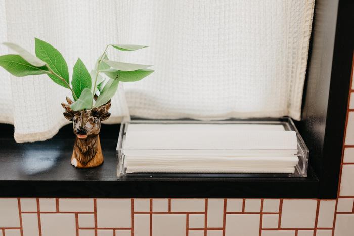 洗面所は洗剤や水が飛び散って、汚れやすい場所。そんな水回りのチョイ拭きにおすすめなのが、1枚ずつ取り出せるキッチンペーパー。  こちらは、無印良品の重なるアクリルボックスとペーパータオル用フタを組み合わせて収納。 気付いたときにサッと片手で取り出して拭き掃除ができるので便利です。