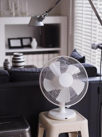 睡眠時に足元へ扇風機の風を当てると、寝付きをよくする手助けに。手足から熱を放出すると体温が下がるため、足に風を当てて体の熱を冷ましましょう。「弱風」モードでのそよ風で3~4時間のタイマー設定で使うのがポイントです。