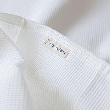 綿100%のワッフル素材は、凸凹した表面が特徴。肌に触れる面積が少ないので、汗をかいても密着せず、サラッとしています。シーツや枕カバーにワッフル素材を使えば、触り心地も快適に。