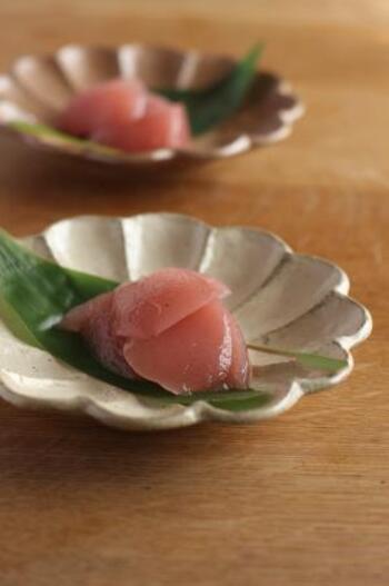 桜あんを使ったピンク色でかわいい見た目の桜水ようかん。なんと、電子レンジで簡単に作れちゃうレシピなので和菓子初心者さんにもおすすめ。小さなお子さんと一緒に作っても楽しそうですね。