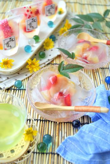 ゼリー用のスタンドパックを使った口溶けのよいフルーツ水まんじゅう。つるんと冷んやり食感と白あんとフルーツの甘味が口の中で広がる優しい味わい。見た目も華やかなので、手土産や贈り物にもおすすめです。
