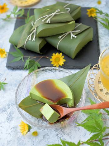材料をほぼ混ぜるだけの簡単抹茶プリンレシピ。緑鮮やかで風味豊かな抹茶と白練ごまが濃厚な味わいを引き立てます。甘い黒蜜をかけてゆっくりと味わいたいもっちり感のあるごま豆腐風の抹茶プリンです。暑さで疲れた身体におすすめですよ。