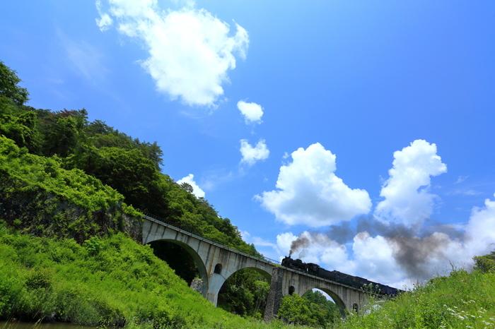 【岩手県遠野市の撮り鉄人気スポット「宮守めがね橋」。走るは、JR釜石線の特別列車「SL銀河」】