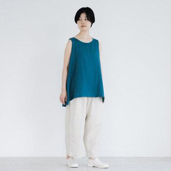 着る人の魅力を際立たせてくれる、深みのあるブルーグリーン。ブラウスを主役にするために、他のアイテムはあえてシンプルに白でまとめて。