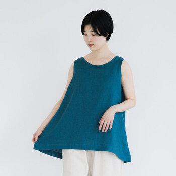 上質なリネン素材を使用したノースリーブブラウス。裾に向かって自然に広がるフレアーラインがキレイですね。