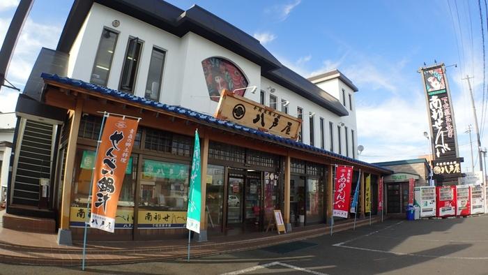 「八戸屋」は、八戸市内ではなく、下北半島のむつ市に店を構える大正12年創業の南部せんべいの老舗です。伝統の味わいを今に継ぎ、オンライン、電話注文を主軸に販売しています。