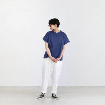 ゆったりとしたワイドシルエットに、大きめの袖口がポイント。白のパンツと合わせて爽やかに着こなして。