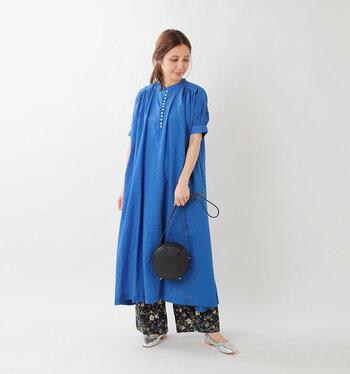 ふんわりと軽いインド綿で仕上げたコットンボイルギャザードレス。ワンピースとして一枚でさらりと着ていいですが、パンツとのレイヤードを楽しんでも◎。
