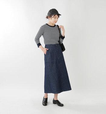 白黒のボーダートップスに、小物は全部黒で統一してシンプルに。ネイビーのデニムスカートはオールシーズン使えるから、一枚あるとなにかと便利ですね!