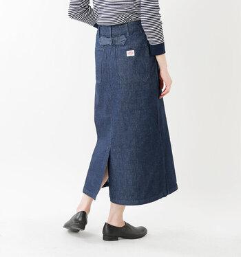 日本でも人気のワークウエアブランド「DANTON(ダントン)」のデニムロングスカート。すっきりとした広がりすぎないシルエットだから、さまざまなトップスとの相性が良さそうです。