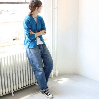 明るめのブルーのカーディガンは、白のTシャツとの相性バツグン。うだるような夏の暑さに清涼感を与えてくれそうです。