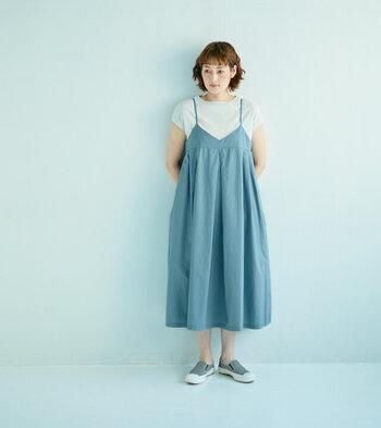 ハリのあるコットン素材が柔らかく広がる、大人の女性にぴったりなエプロンスカート。シンプルなTシャツやカットソーと合わせてすっきりと着こなして。