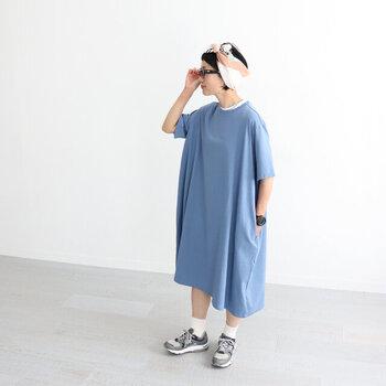ドロップショルダーにAラインで、ゆったりシルエットのワンピース。一枚でストンと着るときは、小物にこだわって地味な印象にならないようにして。