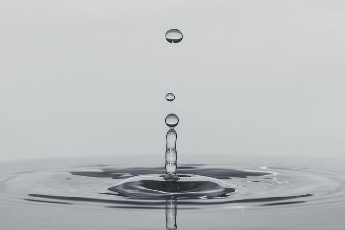 ささっと水滴オフして「肌が若干濡れたまま」でも大丈夫。そのほうが、この後にすぐつける化粧水が浸透しやすくなると言われていますよ。