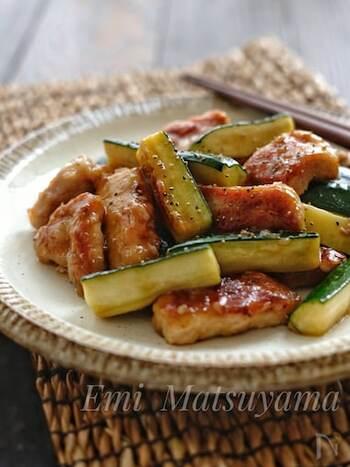 オイスターソースと鶏がらスープメインの、中華風の味つけの炒め物です。お肉はロースを使うと、食べごたえがあって満足度がさらにアップします。ズッキーニも大きめに切って、食感を楽しみましょう。