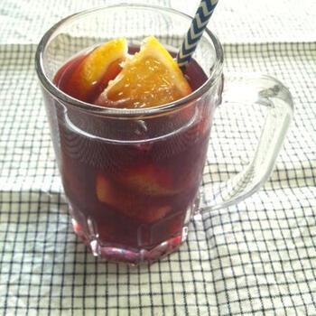 お酒が苦手な人には、ぶどうジュースを使ったノンアルコールサングリアを。使う果物は自由ですが、オレンジ・リンゴ・レモン・バナナなどが主流です。漬けこむ時間もいらないので、気軽に楽しんでみて。