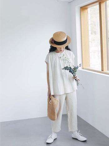 白シャツを使ったワントーンコーデ。クリンな印象が、これからの季節にぴったりです。ゆるりと波打つシャツの裾が、女性らしい雰囲気を醸し出します。
