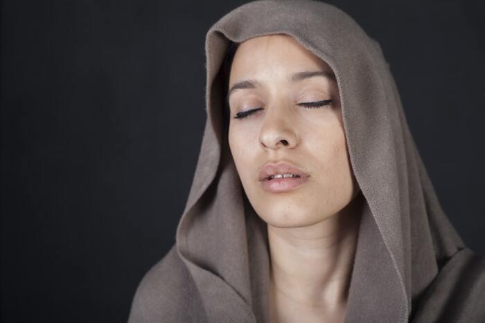 素早くタオルドライするテクニックとして、乾いたタオルを頭の上にのせて、その上からドライヤーをかける、という方法もオススメ。  ドライヤーの熱風をうけて、髪の毛から出る水分(蒸気)が、効率的に、タオルで吸収されます。直接ドライヤーの熱があたらないので、ダメージもおさえられますよ◎