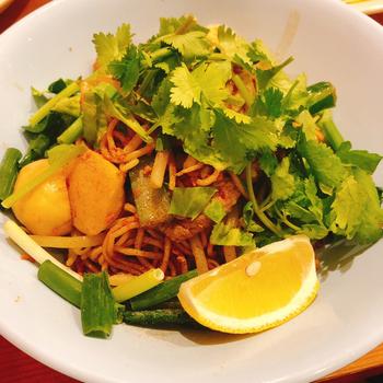 パクチー好きの方に人気の「クィッティオヘーン」は、タイ風の油そば。細い中華麺にニンニクが効いたパンチのある味付けです。爽やかなパクチーと一緒に食べればタイを旅行している気分になれそうですね。