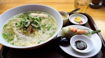 広々とした店内で、ベトナム料理が楽しめる「ベトナムフォー」は、1,000円以下で食べられるランチメニューがお得です。こちらは「鶏肉のフォーセット」。生春巻はお野菜がたっぷり入っていてさっぱり。  フォーはベトナム北部で食べられている平たい米粉麺ですが、こちらのお店では中部・フエの料理である丸い米粉麺「ブンチャー」もいただけますよ。