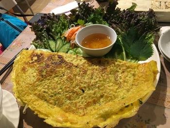 ベトナム風お好み焼き「バインセオ」は、米粉を使った生地でサクサクもちもち食感。中にはモヤシやニラなどのお野菜がたっぷり。スイートチリソースと一緒に食べるのがおすすめです。  ディナータイムは、ベトナムのビールや焼酎・ワインのほか、燕の巣と白キクラゲジュースや冬瓜茶ジュースなど珍しいソフトドリンクも多いので、女子会にも人気なんですよ。