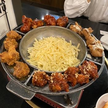 24時間営業の「でりかおんどる 新大久保2号店」は、ランチにもディナーにも使い勝手の良いお店。韓国料理が食べたいと思ったら、いつでも行ける手軽さが嬉しいですね。  豊富なメニューの中でも、今トレンドなのが「UFOフォンデュ」。クリスピー・ヤンニョム・ハニーガーリック・唐辛子ヤンニョム、4種類のチキンを真ん中のチーズにたっぷり絡めれば、たまらないおいしさです。