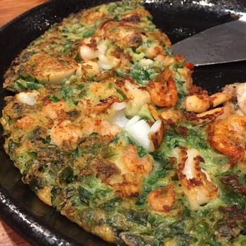 韓国料理の定番「チヂミ」のラインナップが豊富なのも「でりかおんどる 新大久保2号店」の魅力。こちらの「海鮮にらチヂミ」は具だくさんで、おかずにもおつまみにも人気です。