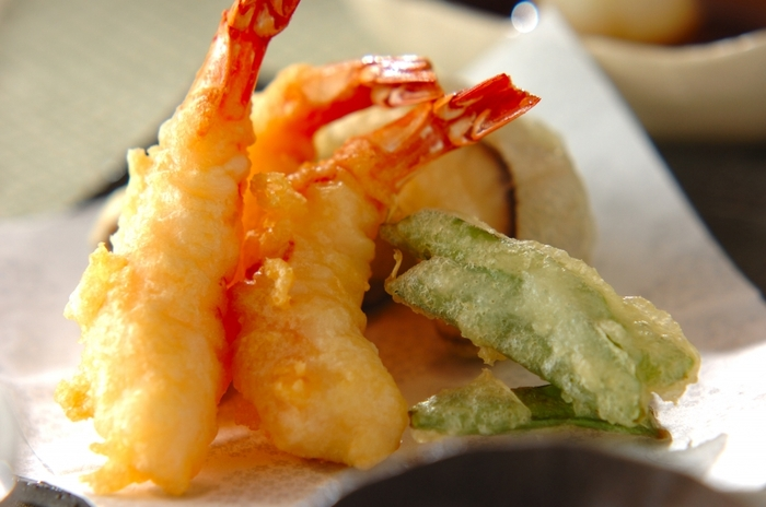 おそばなどにもよく合う天ぷら。その主役になるのが、エビの天ぷらですね。衣にベーキングパウダーを入れることで、カラッと揚がります。しいたけや絹さやなど、野菜の天ぷらも合わせれば、彩りも栄養バランスもアップ!