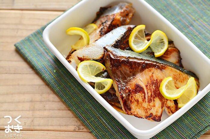 塩麴にひと晩漬けこんだ鰤を、こんがりと焼いたシンプルなレシピです。塩麴が淡白な鰤のうまみをしっかりと引き出してくれて、焼いたときも身がギュッとならずふわっとした食感になります。鰤の大きな骨を取っておくひと手間が、小さなお子さんやお年寄りにも食べやすくなるポイントです。レモンでさっぱりといただくのがおすすめですよ。