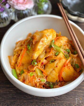 タラとキムチと長ネギを炒めたレシピです。あっさりとしたタラと、旨みたっぷりのキムチは相性ばっちりな組み合わせ。味付けはキムチだけのお手軽レシピなのに、キムチの力でタラがふっくらと仕上がり、ひと手間をかけたような仕上がりに。魚料理のレパートリーにいかがでしょうか。