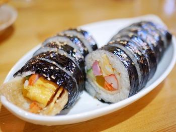 ごま油が香る韓国の海苔巻き「キンパ」はお酒のシメにぴったり。シンプルなものから、プルコギが入ったボリューミーなものまで数種類からセレクトできます。チゲ鍋や辛ラーメンなどもあるので、ランチにもよさそう。