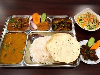 ネパール料理はあまり馴染みがないという方も多いかも知れませんが、実は日本人の口に合う味付けのお料理が多いんですよ。ネパール家庭料理専門店の「MOMO(モモ)」のランチでは、骨付きの羊肉を炒めた「フライド・マトン」やカレーがセットになった「スペシャルネパールセット」が人気。