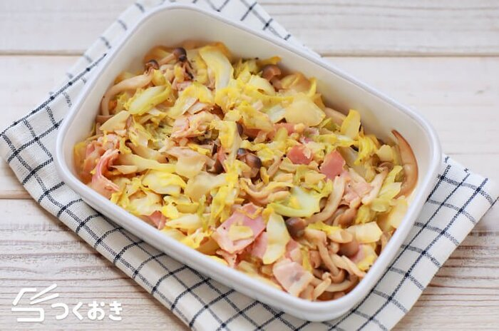 キャベツ、ベーコン、きのこを白ワインビネガーで蒸したレシピです。レシピ内で使用している白ワインビネガーは、穀物酢で代用できます。蒸し焼きにすることでしんなりしてかさが減り、素材の甘みもアップするので野菜をたっぷり食べられますよ。暑い季節も、お酢でさっぱりいただける常備菜です。