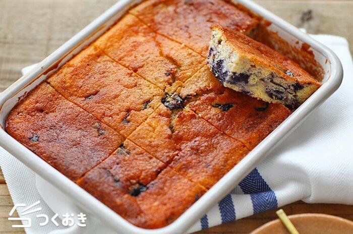 発酵食品のヨーグルトを使った、ブルーベリーソースのマーブル模様がかわいいケーキです。ヨーグルトとブルーベリーの程よい酸味が、ケーキなのに軽い味わいに。ブルーベリーソースはヨーグルトやアイスにかけたり活用できるので、覚えておくと便利なレシピですよ。