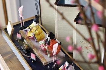 古代中国では、旧暦3月の最初の巳(み・へび)の日である上巳(じょうし)の日に、巳(へび)は脱皮をして生まれ変わることから、水辺で身体を清め、宴会を催し、災厄を祓うという風習がありました。この中国の風習と、人形(ひとがた)をわが身に代えて祓いとする日本古来の風習が融け合い、江戸時代以降は「上巳の節句=ひな祭り」という日本固有の人形文化となって、現代に受け継がれています。
