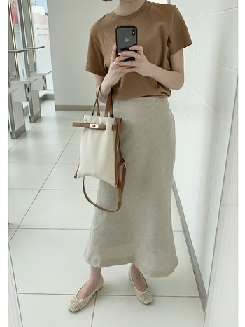 マーメイドシルエットが女性らしい印象のリネンスカート。ワントーンコーデで上品にまとめれば、通勤コーデとしても活躍してくれそうです。