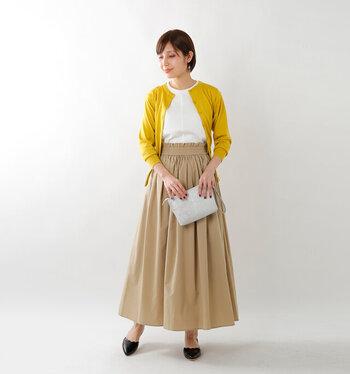 太めにウエストマークされたハイウエストのロングスカート。細かいギャザーが足元に向かって女性らしい広がりを作ってくれています。ボリューム感のあるスカートに合わせるトップスはコンパクトにスッキリとが基本◎